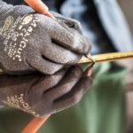 Ein Kupferblech wird eingezeichnet zum späteren Zuschnitt. Die Boehi + Wirz AG ist ihr Partner für Spenglerarbeiten.