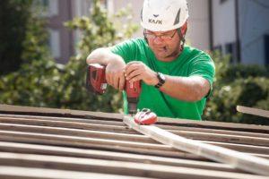 Arbeiten auf einem Steildach durch die Firma Boehi + Wirz Bedachungen AG.