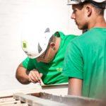 Zwei Mitarbeiter der Firma Boehi + Wirz AG sind dabei auf einem Steildach etwas abzumessen.