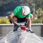Spenglerarbeiten auf einem Steildach durch einen Mitarbeiter der Firma Boehi + Wirz AG.